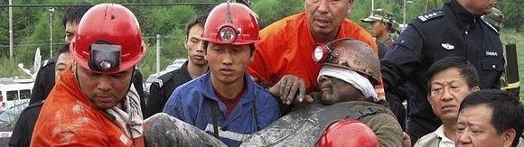 Rescatan con vida a 19 mineros chinos atrapados durante una semana