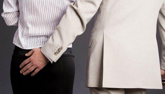 Los besos no consentidos en el trabajo no son acoso