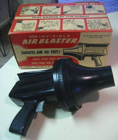 ¿Una pistola de aire comprimido que dispara pelotas a gran velocidad? no parece lo más seguro del mundo. Eso si, seguro que mataba a los marcianos....