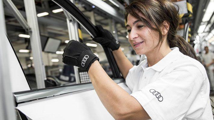 Guantes médicos para mejorar la ergonomía en las cadenas de montaje de Audi