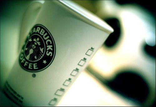 Starbucks prohibirá fumar a siete metros de sus locales