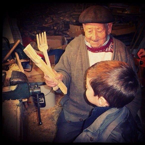 Una vida haciendo tenedores de boj. Abuelo 96 años, nieto 4 años