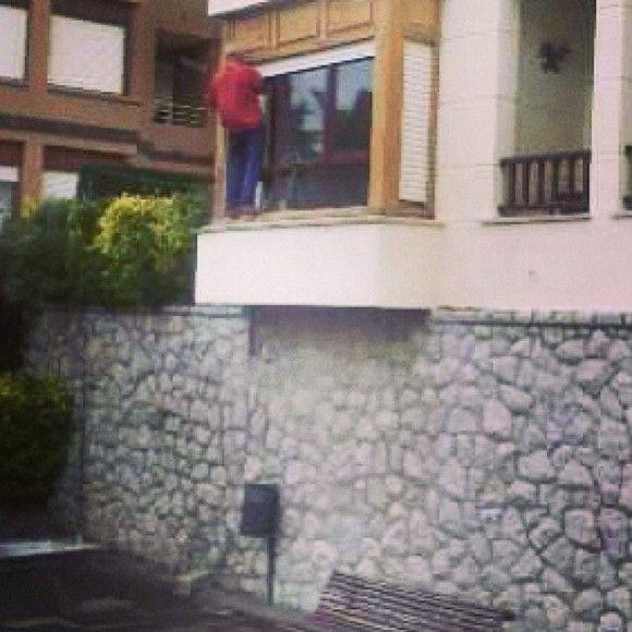 Y aquí Spiderma arreglando una ventana