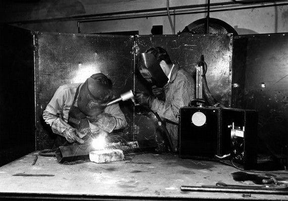 1946 Un higienista del Servicio de Salud Pública de Estados Unidos utilizando un equipo de muestreo de aire en operaciones de soldadura.