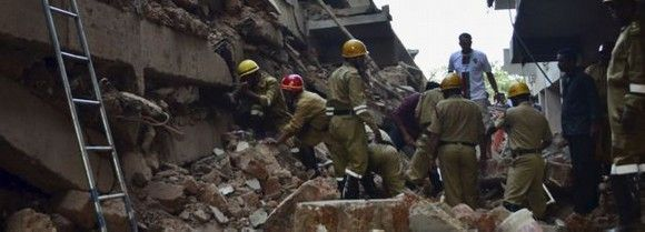 Mueren 17 trabajadores tras desplomarse un edificio en construcción en la India