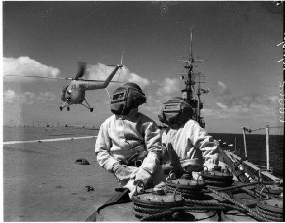 1955. Bomberos con trajes de amianto. Fuente: Flickr