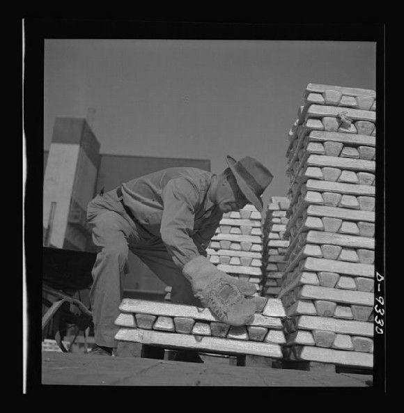1943. Trabajador manipulando bloques de magnesio con guantes de amianto. Fuente: www.loc.gov