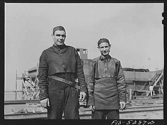 Soldadores de la empresa de construcción naval Ingalls en Alabama con trajes de amianto. Fecha desconocida. Fuente: www.loc.gov