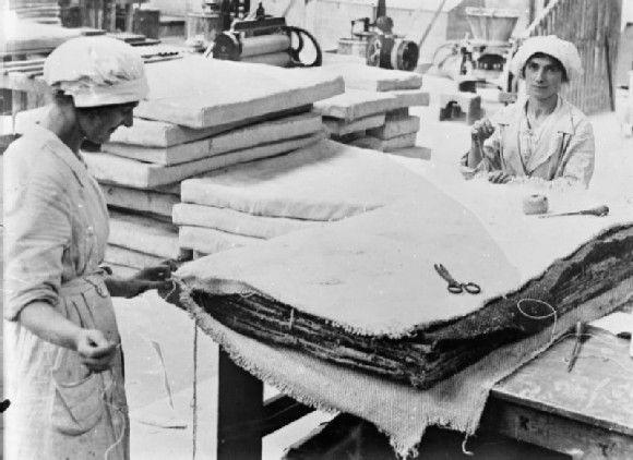 1914 Dos mujeres trabajando en la Fabrica de transformación de amianto Lancashire Gran Bretaña, Cosiendo colchones de amianto para calderas de barco. Fuente: www.iwm.org