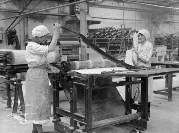 1914 Dos mujeres trabajando en la Fábrica de transformación de amianto Lancashire Gran Bretaña, cortando tela de amianto. Fuente: www.iwm.org