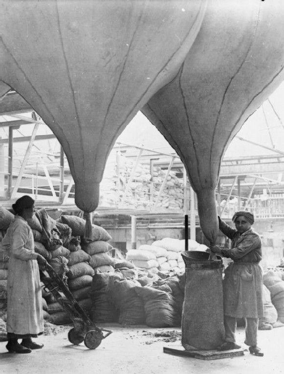 1914 Dos mujeres trabajando en la Fábrica de transformación de amianto Lancashire Gran Bretaña, llenando sacos desde un silo. Fuente www.iwm.org
