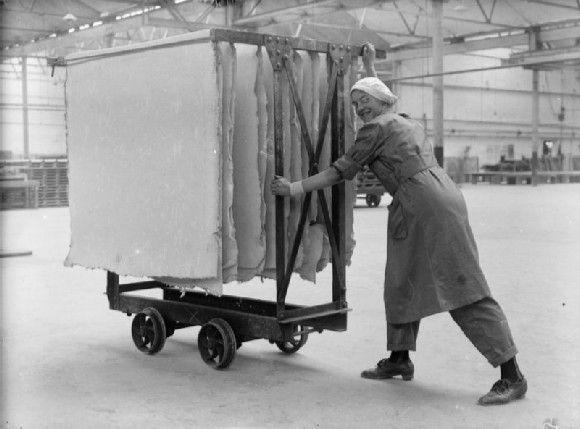 1914 Mujer trabajando en la Fábrica de transformación de amianto Lancashire Gran Bretaña transportando telas de amianto. Fuente www.iwm.org
