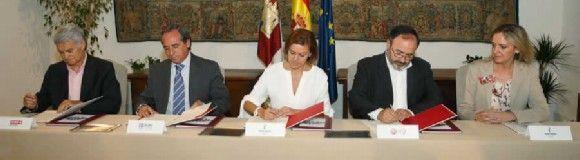 Cospedal firma con los agentes sociales un acuerdo para la prevención de riesgos laborales por valor de de 9,2 millones de euros
