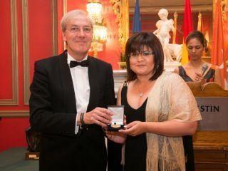 Carmen Soler Pagán, galardonada con la medalla de oro del Foro Europa 2001 por su contribución, impulso y aportación en el ámbito de las organizaciones saludables