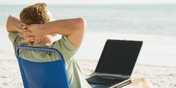 9 de cada 10 españoles no desconectan durante sus vacaciones
