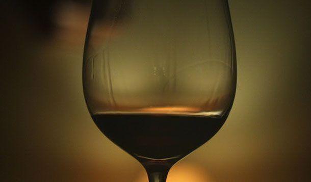 Los beneficios para la salud de beber de forma moderada se han exagerado, según un informe