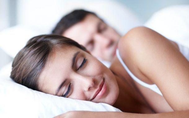 Dormir bien: una estrategia simple para trabajar mejor y promover la salud en la empresa.