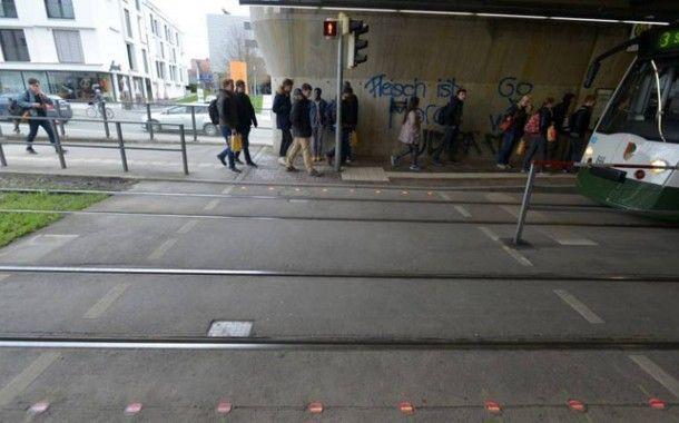 Instalan semáforos en el suelo para alertar del uso del móvil