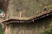 Imágenes impactantes de la construcción de un sendero por trabajadores
