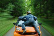 ¿Voy más seguro si conduzco más despacio cuando hablo por el móvil?