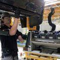 Operario con exoesqueleto de brazos en la planta de Zona Franca