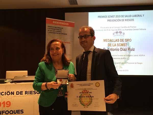 Antonio Diaz Ruiz recibe la medalla de Oro al mérito y trayectoria profesional