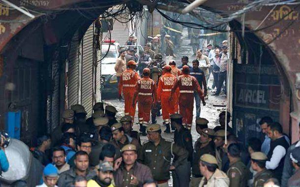 Un gran incendio arrasa una fábrica en Nueva Delhi, dejando 43 fallecidos