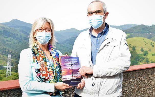Entrega del libro 'Treinta y tres años de prevención en diecisiete artículos y una carta'