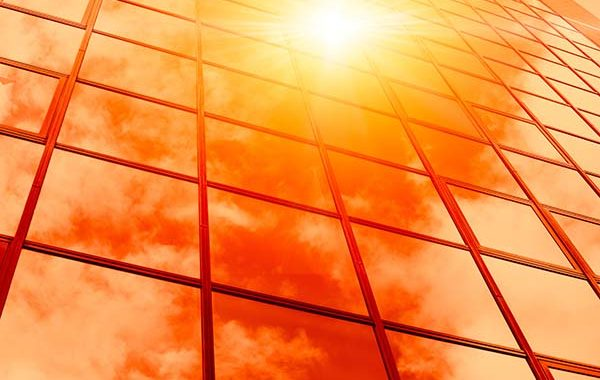 El calor de verano en el interior de las oficinas: ¿ventilación sólo por Co2 o también limpieza del aire?